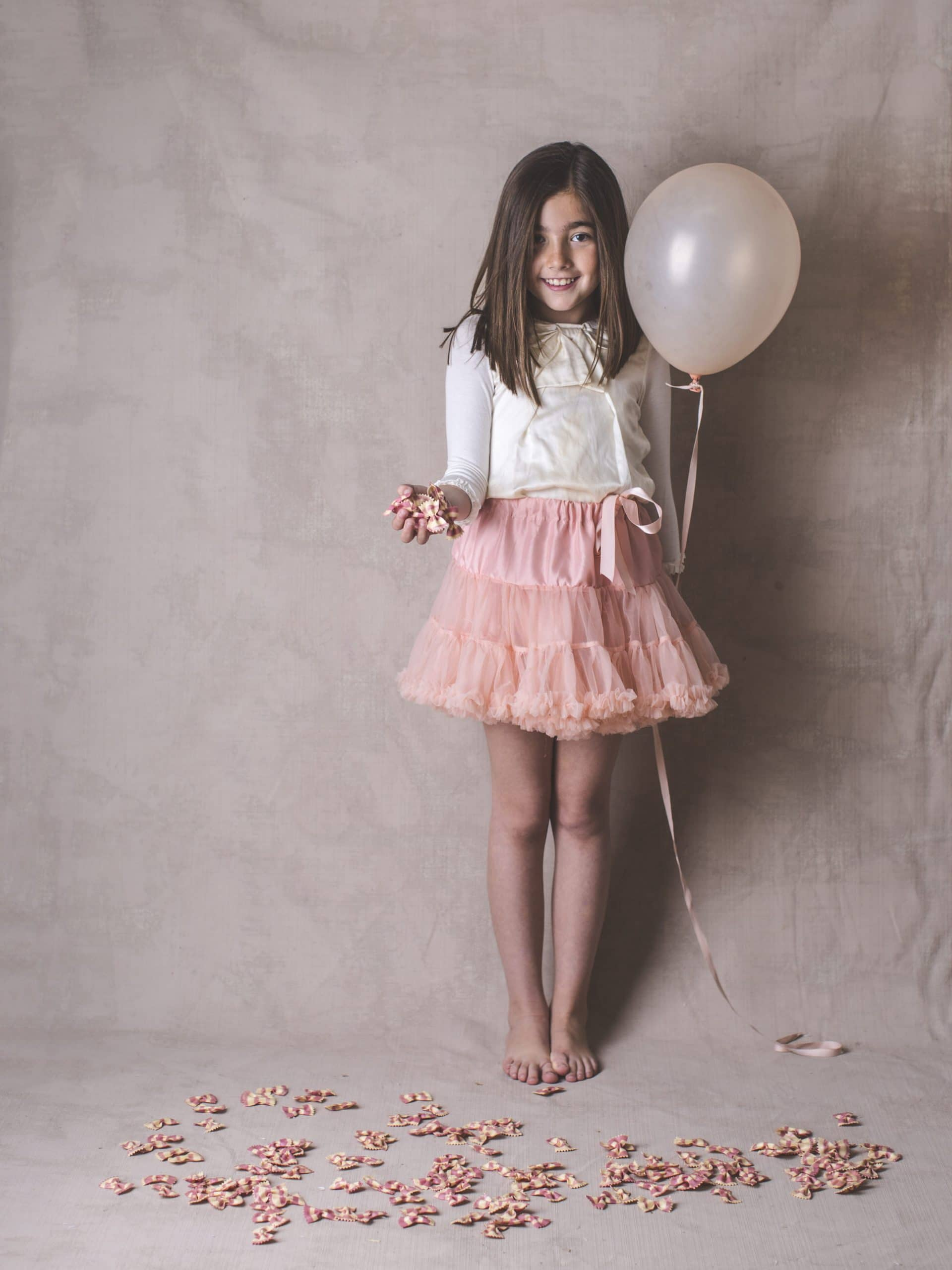 niña con tutu rosa y globo en mano